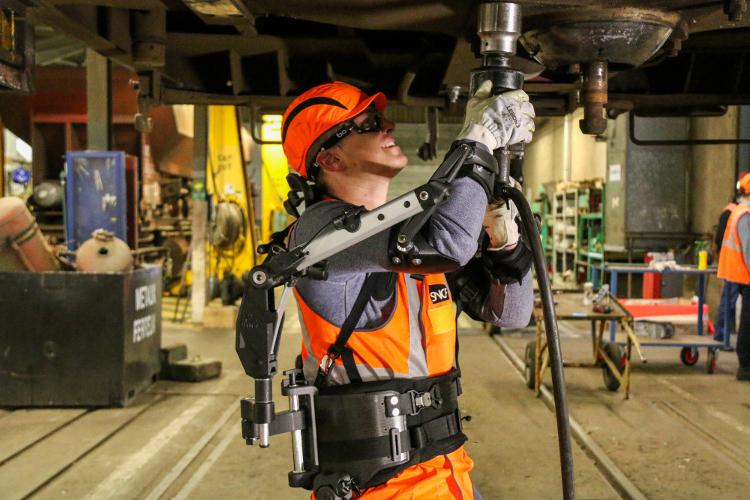 Shiva est un exosquelette multifonctions développé avec SNCF Mobilités. © Ergosanté