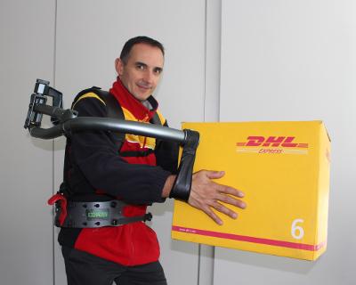 Exhauss a réalisé des démonstrations de son exosquelette dans les locaux du transporteur. © DHL