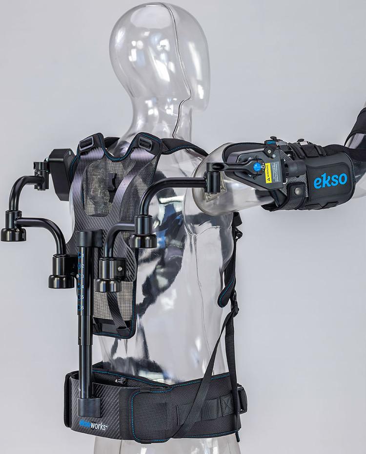 L'EksoVest s'enfile comme un harnais. © Ekso Bionics