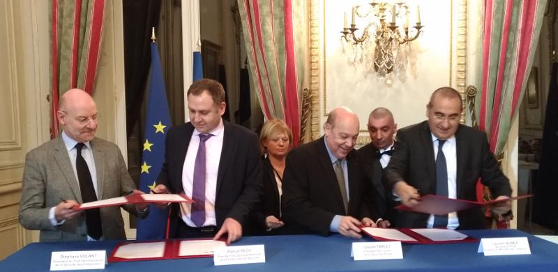 Signature de la convention lundi 11 février. De gauche à droite : Stéphane Volant (CDSE), Pascal Pech (SNES), Claude Tarlet (USP) et Laurent Nuñez, secrétaire d'État auprès du ministre de l'Intérieur. © Agence TCA