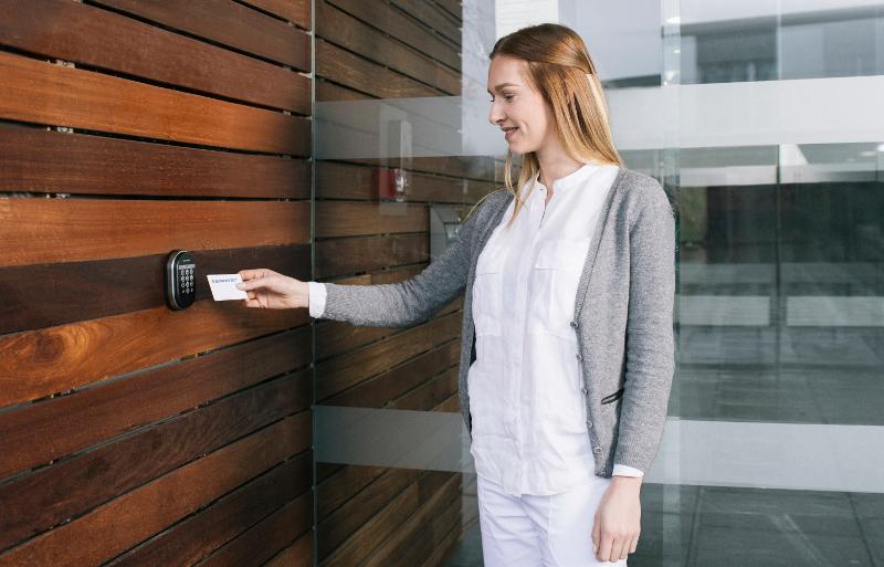 Le badge virtuel de contrôle d'accès se retrouve embarqué dans la Carte de Professionnel de Santé. © Assa Abloy