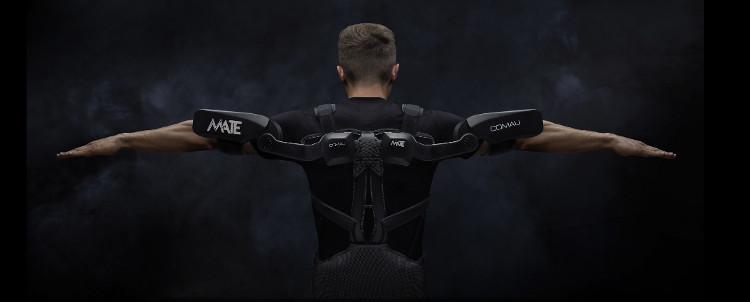 Grâce à cet exosquelette, les opérateurs diminuent de 30% l'effort musculaire. © Comau