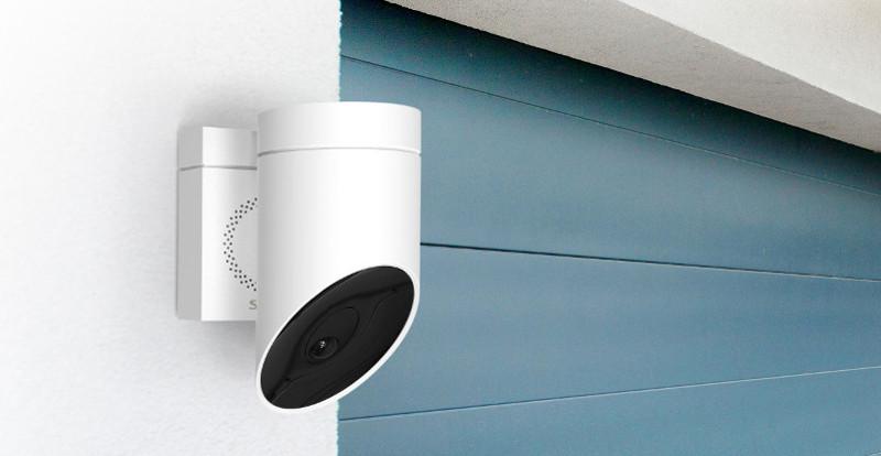 Compatible avec la plupart des agents vocaux, cette caméra de Somfy intègre une puissante sirène. © Somfy