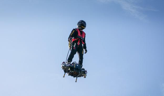 Rien de tel que l'œil humain pour détecter des anomalies, par exemple à bord du Flyboard Air de Franky Zapata. © Zapata