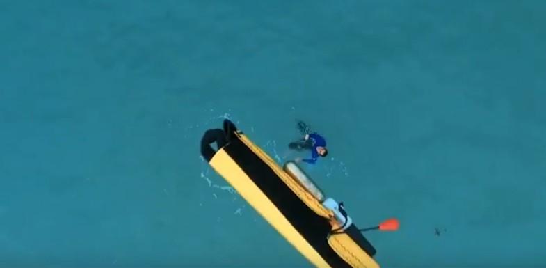 Repéré par un maître-nageur-sauveteur, ce nageur en détresse va recevoir une bouée auto-gonflable communicante que vient de larguer le drone. © Helper Drone