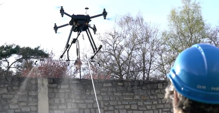 Le drone Hercule 10 Protector a ouvert la voie au spray. Ici, au service du BTP. Ailleurs, pour diffuser des gaz lacrymogènes. Quant au drone Hercules 5 UF à câble, il peut devenir relais WiFi. © Drone Volt
