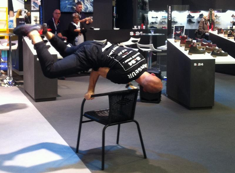 Pour attirer les visiteurs sur son stand, ce fabricant de chaussure de sécurité a fait appel à un danseur. © Agence TCA