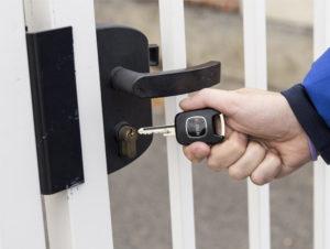 Une main tient la fameuse clé sans contact.