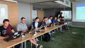 Des jeunes hackers éthiques se préparent à la compétition dans une salle du plateau de Saclay