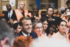 EmmanuelMacron souriant au milieu d'une foule