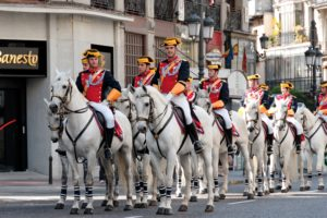 Des policiers de la Guardia civil espagnole à cheval des les rues d'une ville.