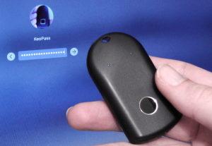 Une personne tientune clé électronique dans sa main