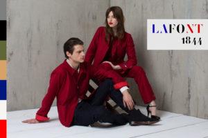 Un jeune homme et une femme portent les ensembles de la nouvelle collection capsule de Lafont avec le styliste Louis Marie de Castelbajac.