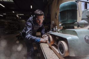 Un artisan effectue une découpe, il porte la tenue B-Rock de Molinel.