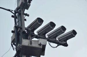 Trois caméras de vidéosurveillance sont perchées côte à côte.