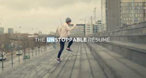 Une jeune femme gravit les marche d'une entreprise en mode footing.
