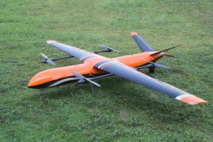Le drone Griflion est posé sur un gazon.
