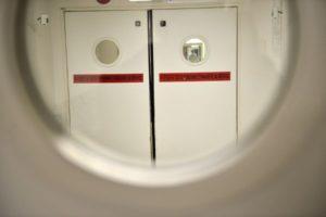 Par le hublot d'une porte, l'on peut voir l'accès aux urgences d'un hôpital.