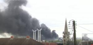 Un immense nuage noire s'élève de l'usine Lubrizol à Rouen.