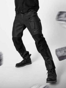 Le jean Famous Force de Molinel a été patiné par un enduit qui donne un effet waxé.
