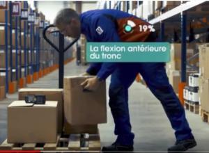 Un opérateur, vêtu d'un vêtement WIP muni de capteurs, se baisse pour soulever un carton.