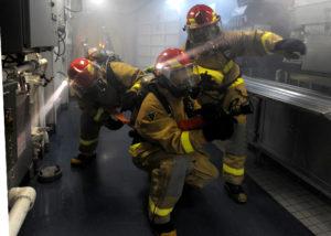 Une équipe de sapeurs-pompiers en intervention dans un navire nucléaire militaire