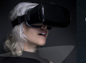 Une femme coiffée d'un casque de réalité virtuelle