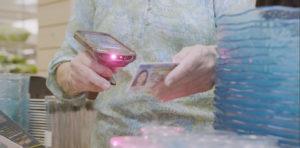 Main scannant une piece d'identité