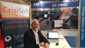 Un homme devant le stand de CrisiSoft durant APS 2019