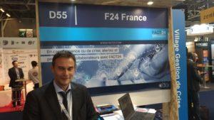 Un homme devant le stand de F24 France durant APS 2019