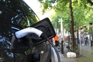 Une voiture électrique est en train d'être chargée à sa borne.