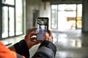 Un artisan scanne le chantier avec son appli afin d'y positionner en réalité augmentée son futur échafaudage.