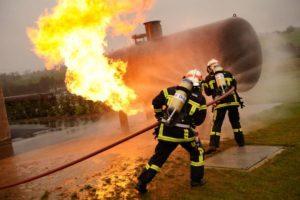 Intervention de pompiers sur une citerne de gaz en feu.