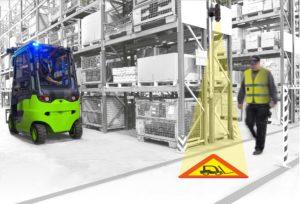 Dans un entrepôt, un message d'alerte s'affiche au sol alors qu'un opérateur et un engin sont sur le point de se croiser.
