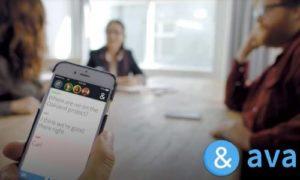 L'appli Ava retranscrit sur son écran les voix d'une conversation.