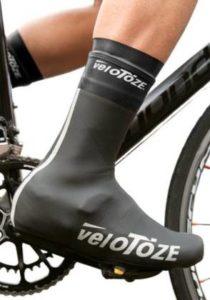 Zoom sur le pied d'un cycliste et son couvre-chaussure.