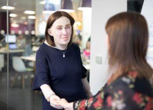 Le modèle du collègue du futur est une femme aux poignets gonflés, aux yeux irrités et au dos voûté.