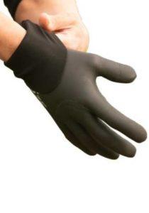 Un cycliste enfile les gants Velotoze.