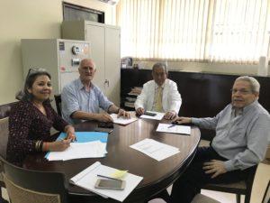 Une réunion avec des hommes et une femme dans un bureau