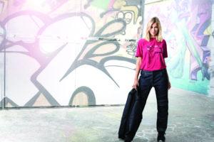 Une femme pose dans un pantalon de travail