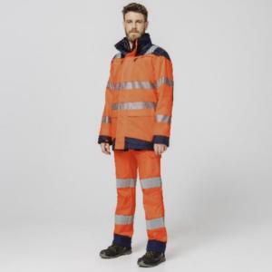Un jeune homme porte la tenue orange complète de la gamme LukLight Intempéries HV de Molinel.