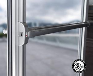 Une porte en verre est équipée de ce nouveau système de barre anti-panique.