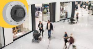 Une caméra filme les passants dans un centre commercial.