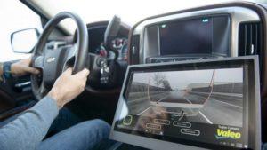 Un écran assiste le conducteur pour visualiser la route