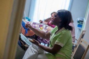 Aide au repas par une aide-soignante dans un EHPAD.