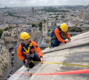 Des cordistes interviennent au sommet du Panthéon à Paris.