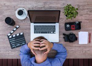 Un homme au travail au bureau semble en situation de souffrance