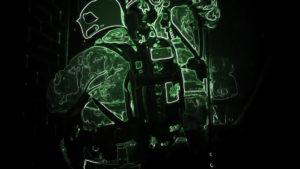 Deux silhouettes de pompier vues avec des contours verts.