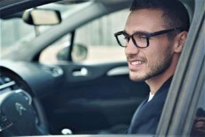 Conduteur portant la lunette de prévention