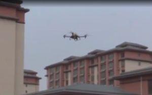 Un drone sillonne les rues de Wuhan pour pulvériser du désinfectant sur les lieux publics.